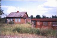 Здание станции Осинки и остатки вагона справа